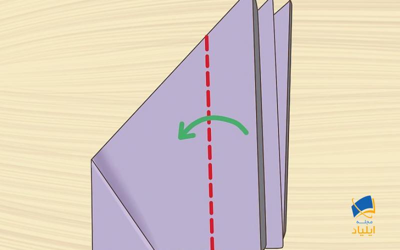 سمت راست کاغذ را تا بزنید تا به گوشه مثلث سمت چپ برسد